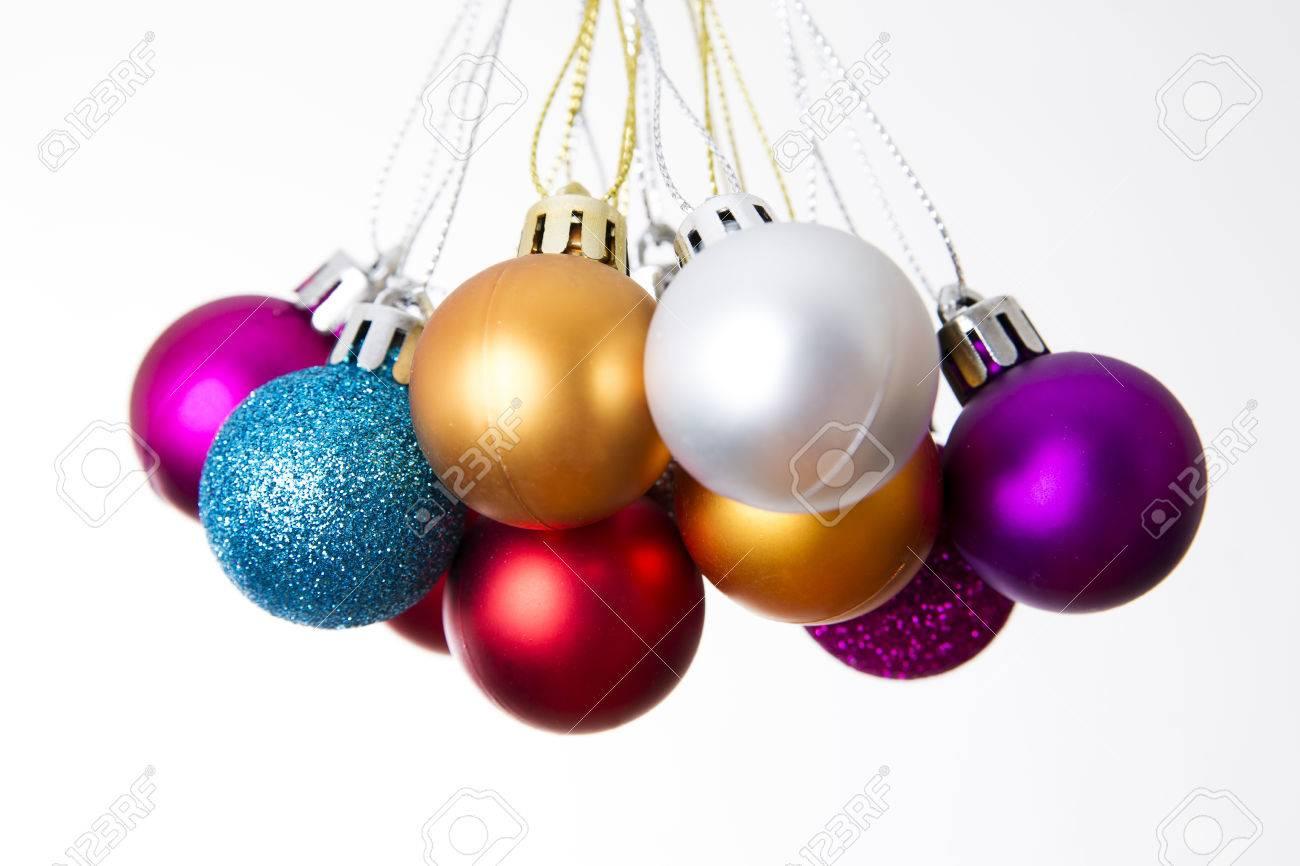 bolas de navidad para decorar sobre un fondo blanco ao nuevo foto de archivo