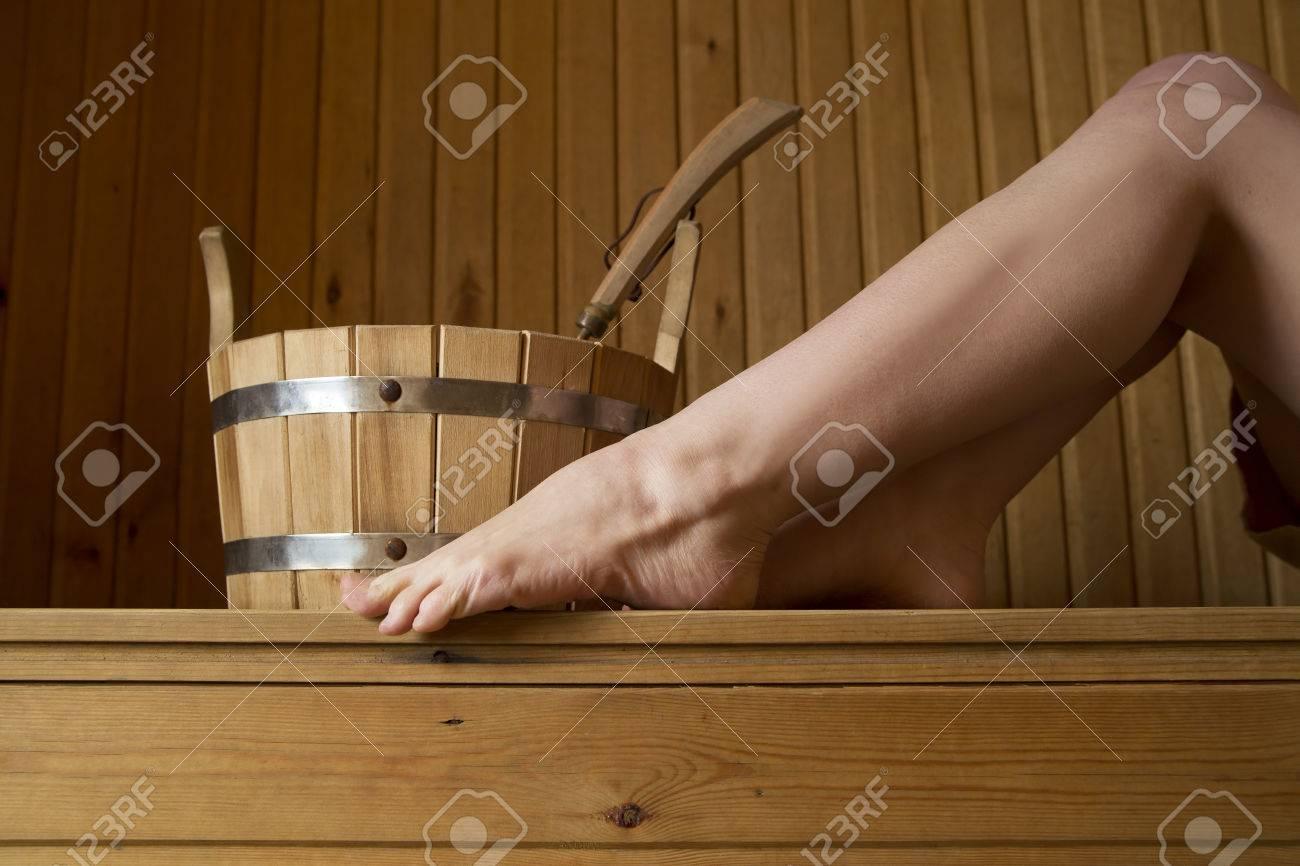 Schöne Weibliche Beine In Sauna, Bad Accessoires. Holz Eimer Standard Bild