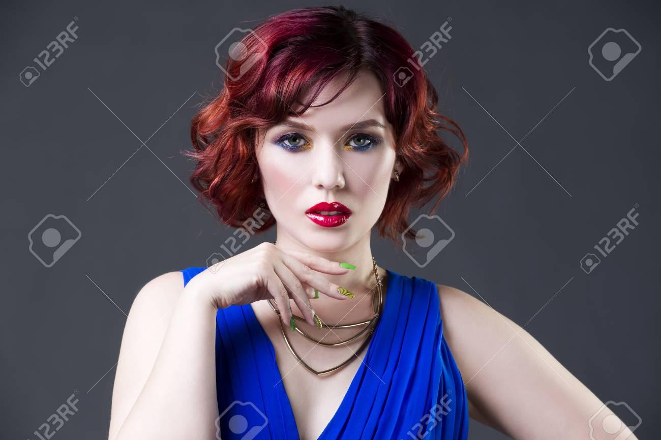 Vestido azul y maquillaje