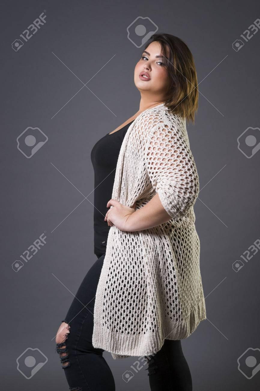 077176a5ba4b Archivio Fotografico - Modello di moda di dimensioni più grandi in abiti  casual