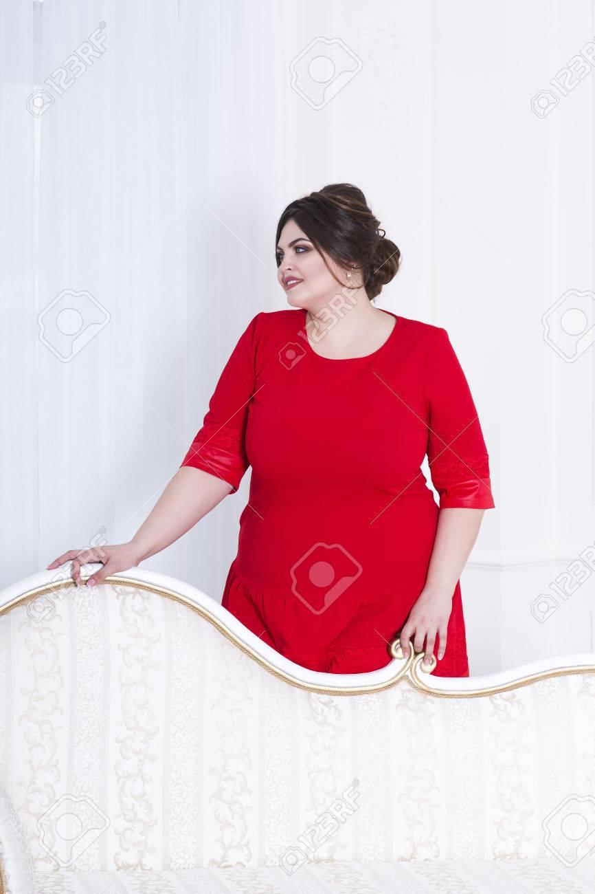 Plus-Größe Mode-Modell In Roten Abendkleid, Fette Frau Auf Luxus ...