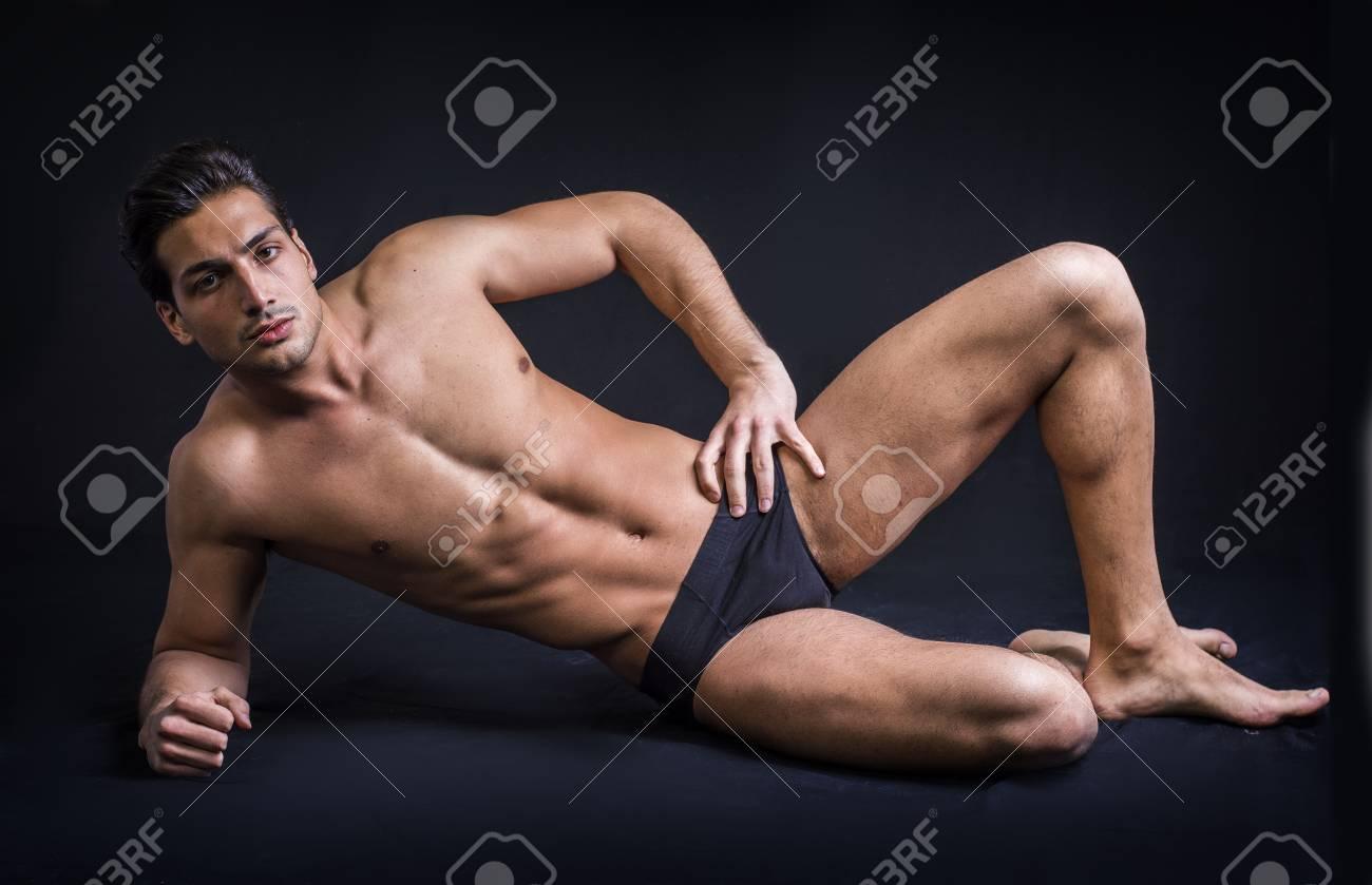 Avec un homme torse nu vêtu de sous vêtements dans une