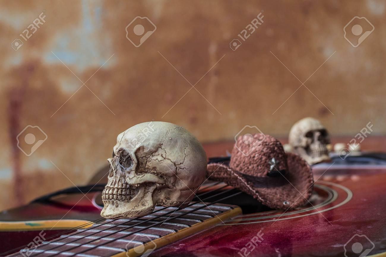 Cráneo Y Sombrero Sobre Un Fondo De La Guitarra Clásica. Fotos ...