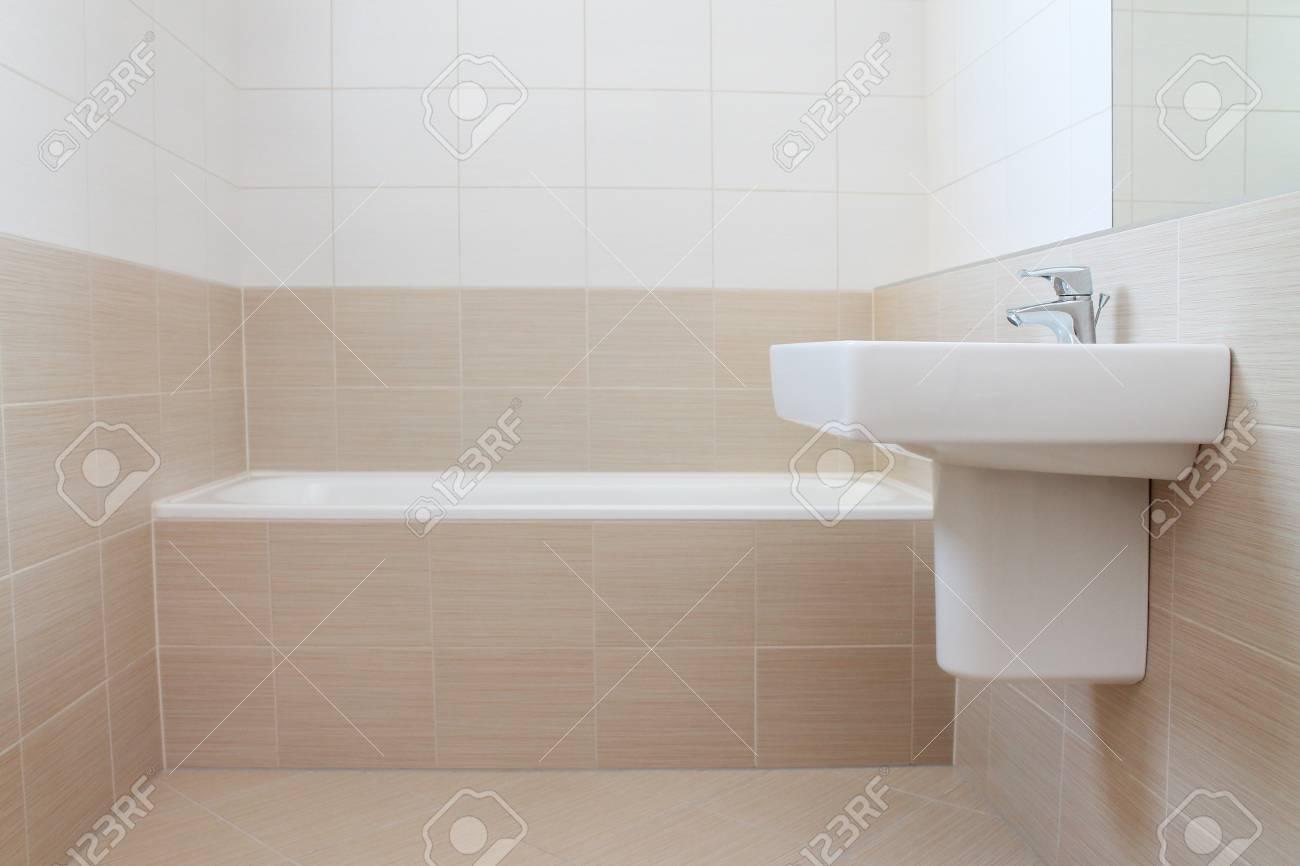 Das Neue Und Moderne Badezimmer Mit Beige Und Weissen Fliesen Lizenzfreie Fotos Bilder Und Stock Fotografie Image 51041623