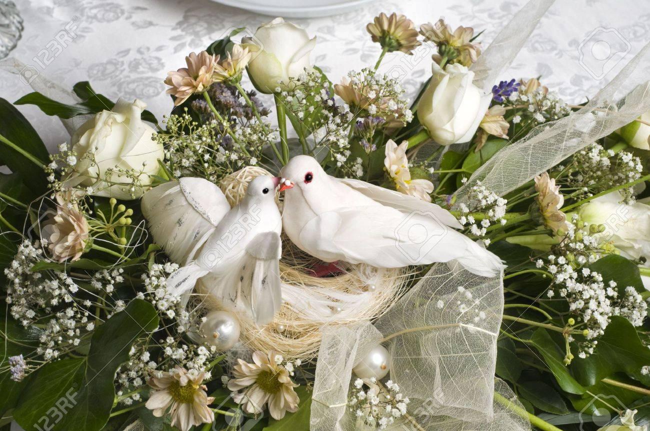 Hochzeit Dekoration Blumenstrauss Mit Zwei Weissen Tauben Lizenzfreie