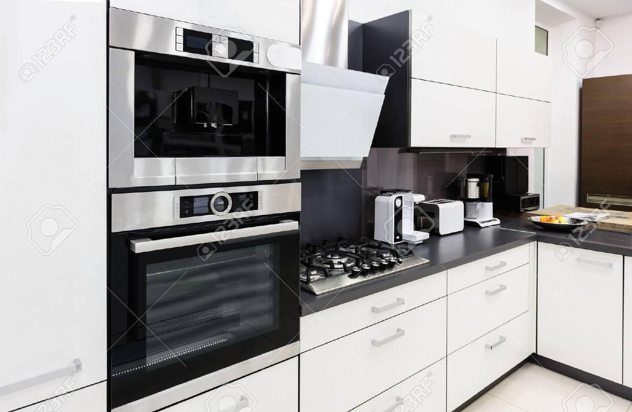 Modern lyx hi tek svart och vitt kök inredning, ren design royalty ...
