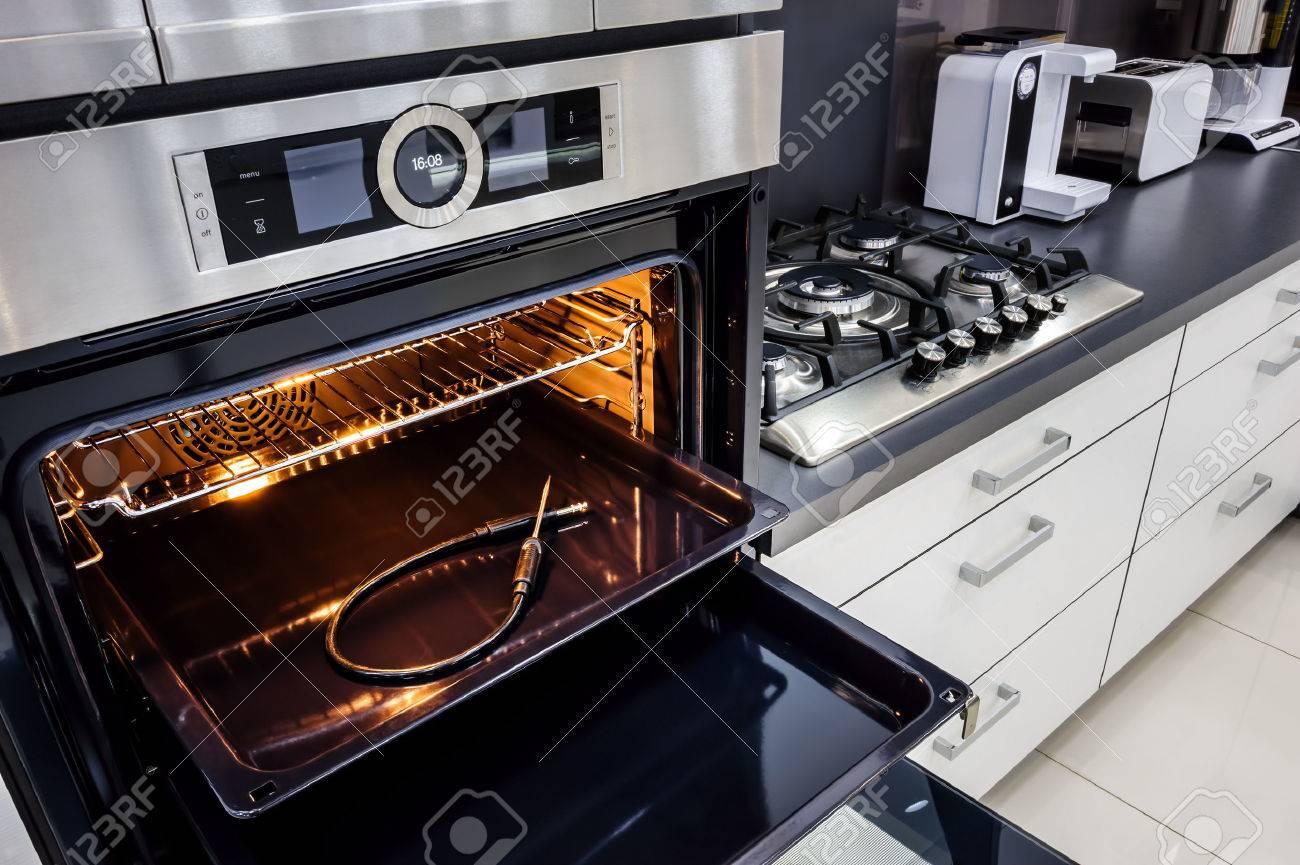 Moderne luxe hi tek zwart witte keuken, schoon interieur, focu bij ...