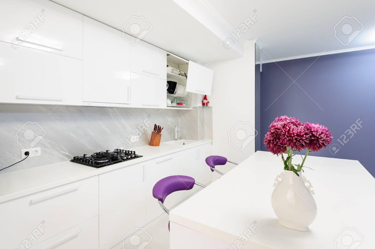 Moderne Kuche Mit Esstisch Und Lila Stuhle Lizenzfreie Fotos Bilder