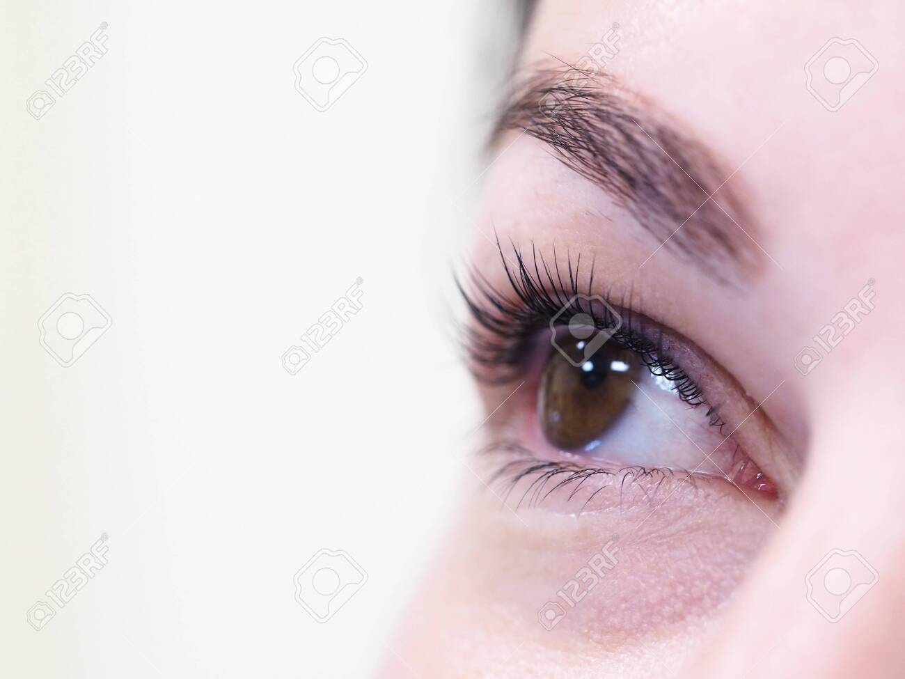 Cosmetic procedure for the care of eyelashes. The result of dyeing, waving and laminating eyelashes. - 129223693