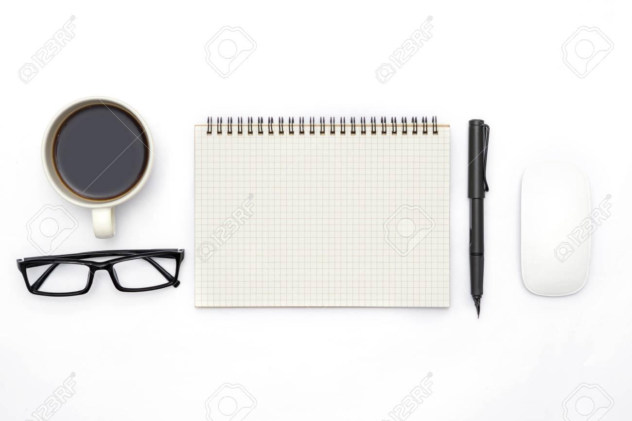 Vue de dessus de la table de bureau blanc avec beaucoup de choses