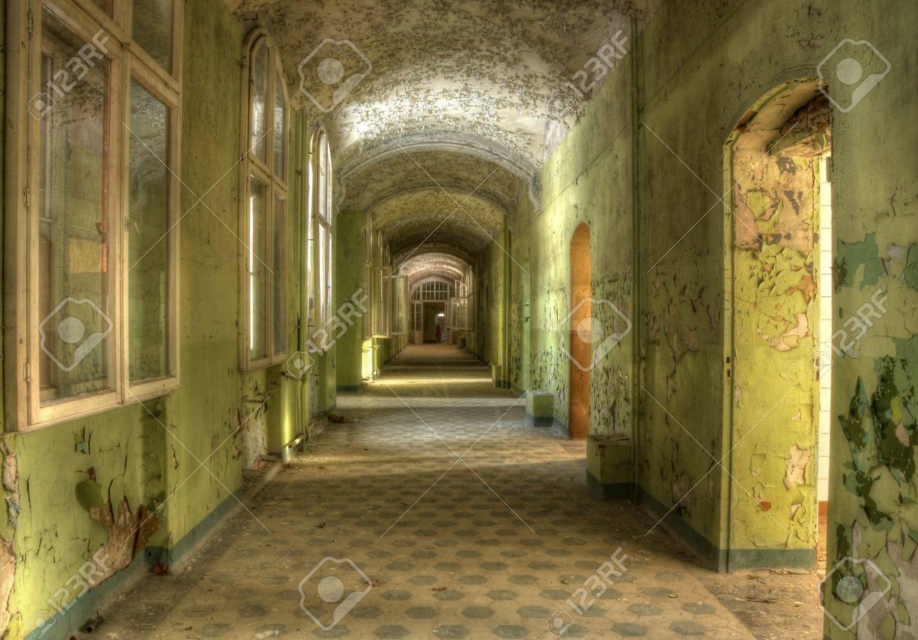 Lange gang met groene muur kleur royalty vrije foto, plaatjes ...