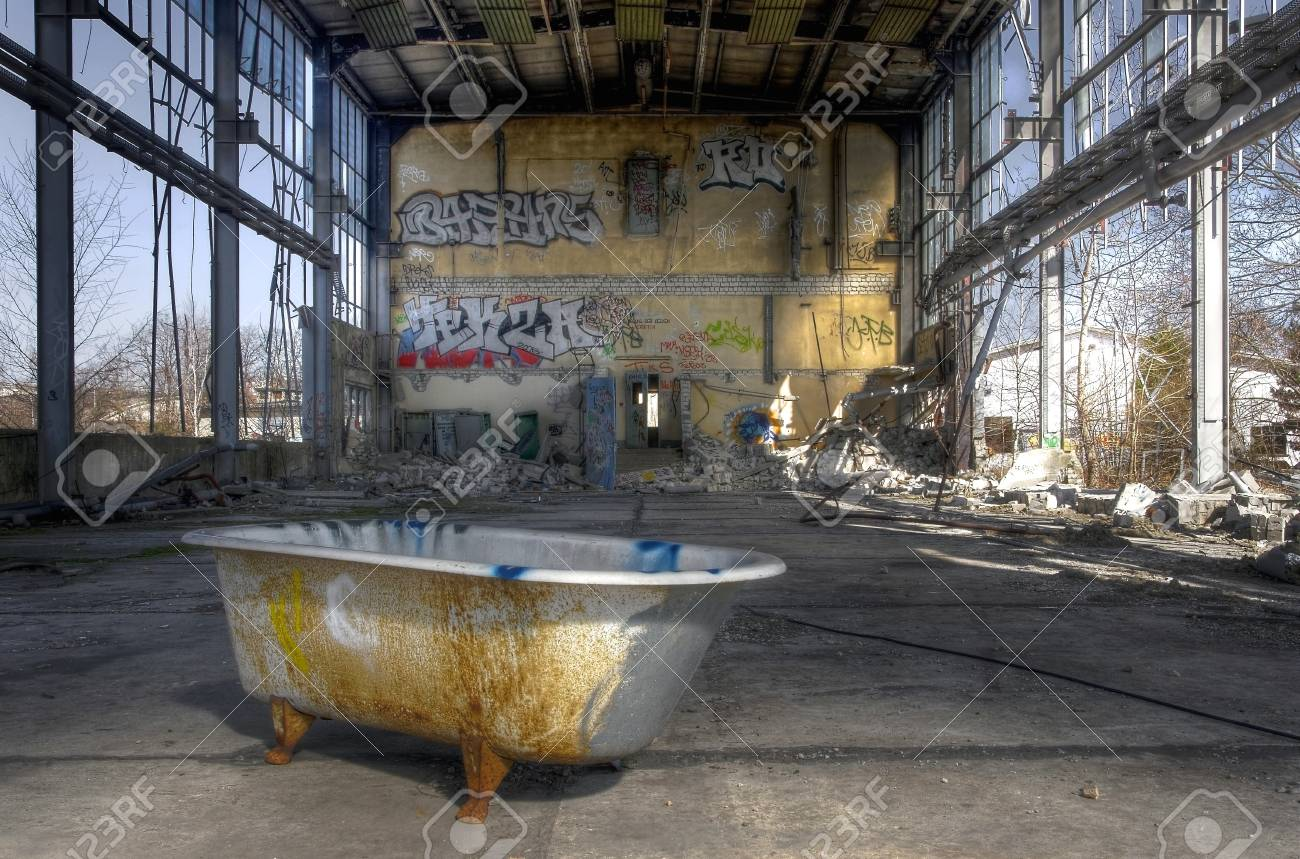 Merveilleux Old Open Warehouse With A Bathtub Stock Photo   32029778