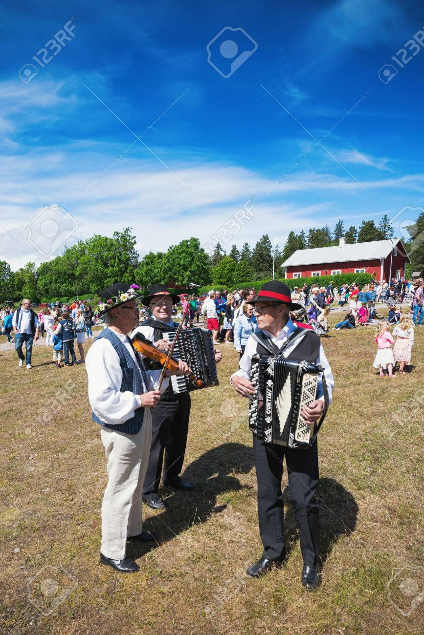 SINGO, NORRTALJE - JUNE 20: Musicians playing traditional folklore before the traditional maypole rising at midsummer. June 20, 2014 in Singo, Sweden. Stock Photo - 29362884