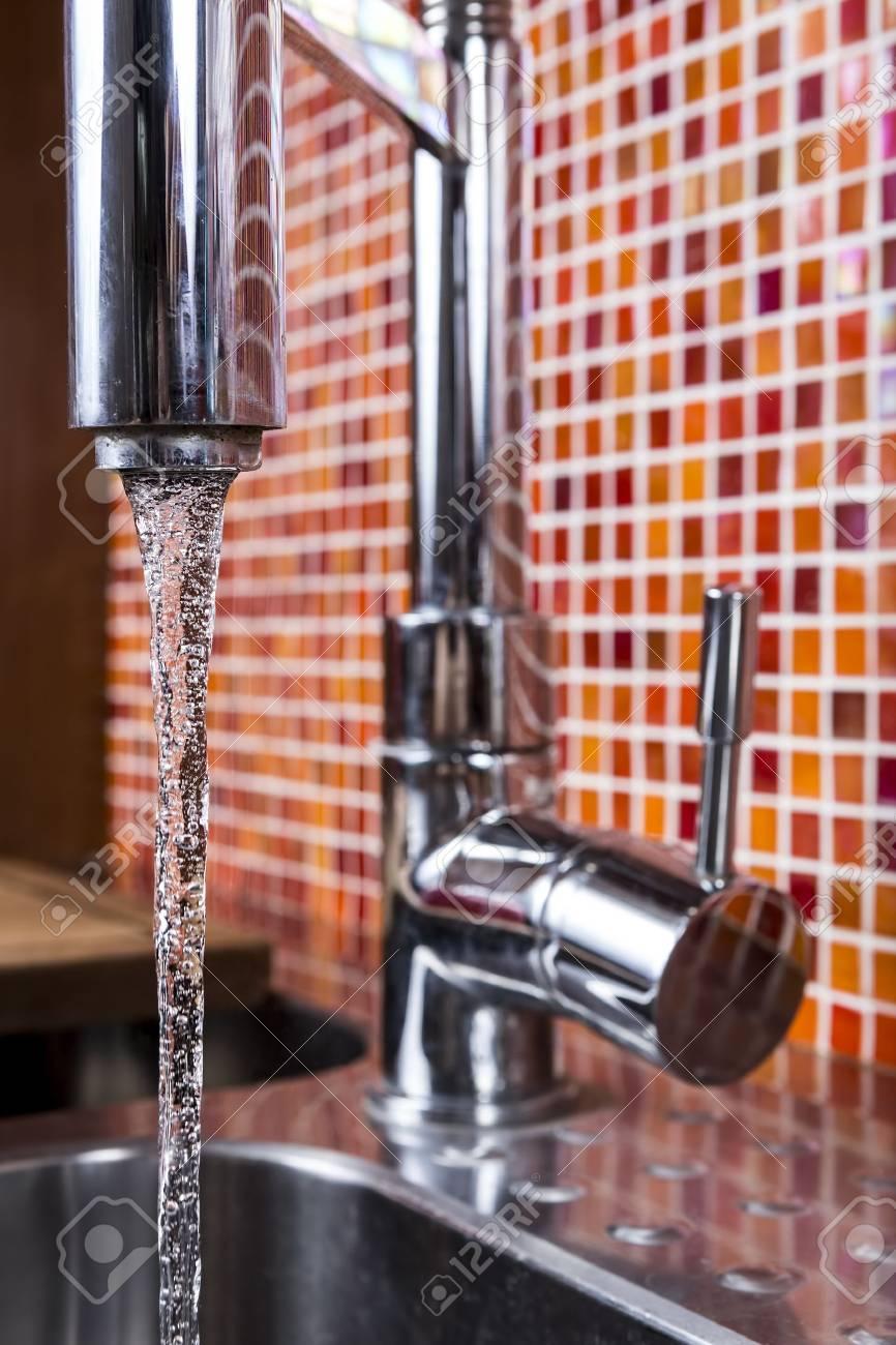 Nahaufnahme Von Wasser Aus Einem Wasserhahn In Ein Mosaik Wand Küche