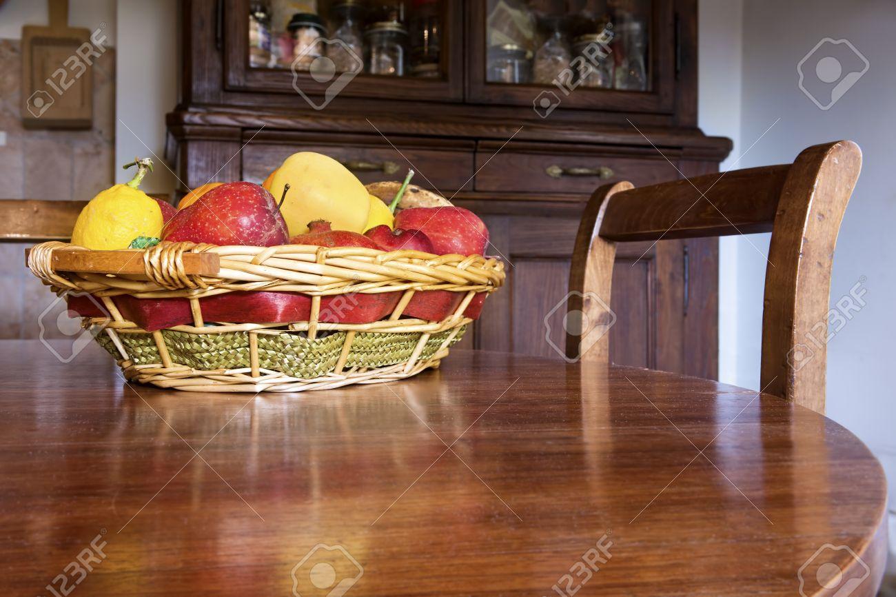 Cesto Di Frutta Fresca Su Un Tavolo Di Legno Circolare In Cucina ...