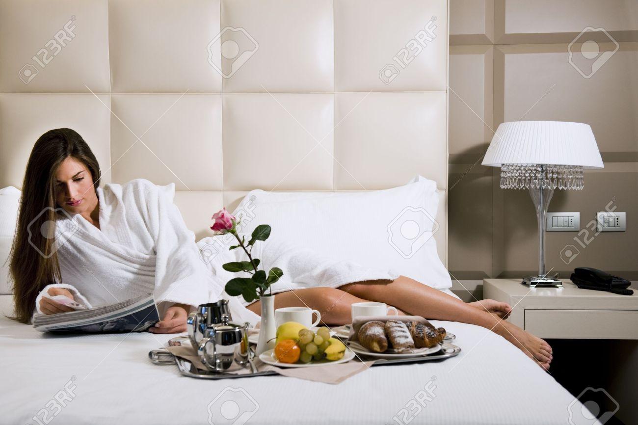 donna rilassata facendo colazione in camera da letto, a casa o in ... - Camera Da Letto Donna