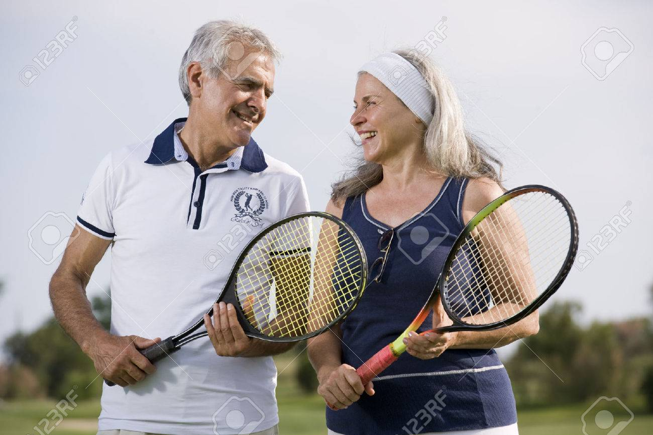 Happy senior couple playing tennis - 31560227