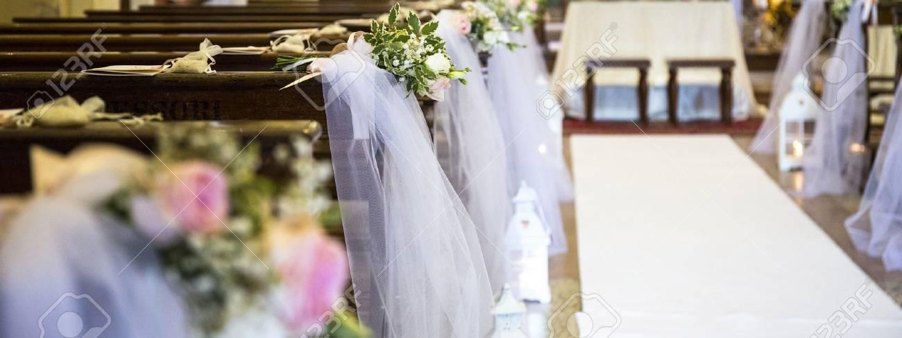 Schone Blumen Hochzeit Dekoration In Einer Kirche Lizenzfreie Fotos