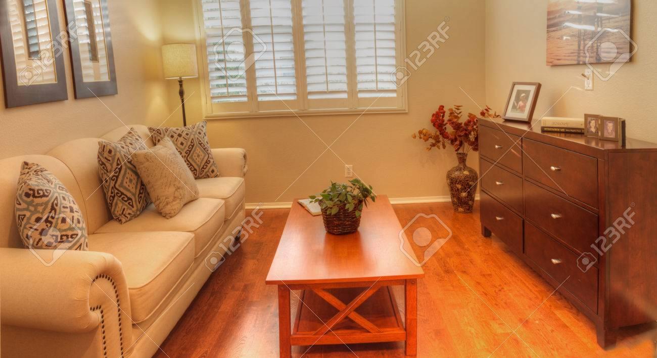 Verlichting Kleine Woonkamer : Irvine ca usa 19 augustus 2016: kleine woonkamer met een bank