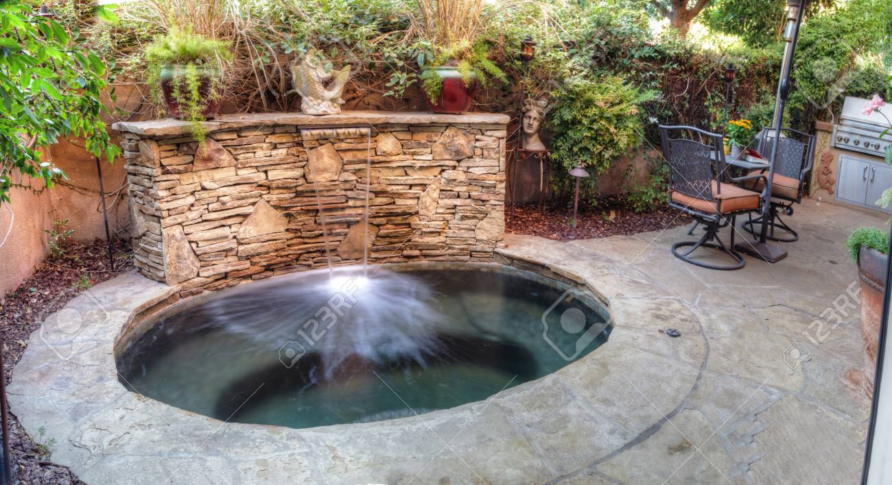 Feng Shui Tuin : Irvine ca usa 19 augustus 2016: ovale hot tub spa met waterval