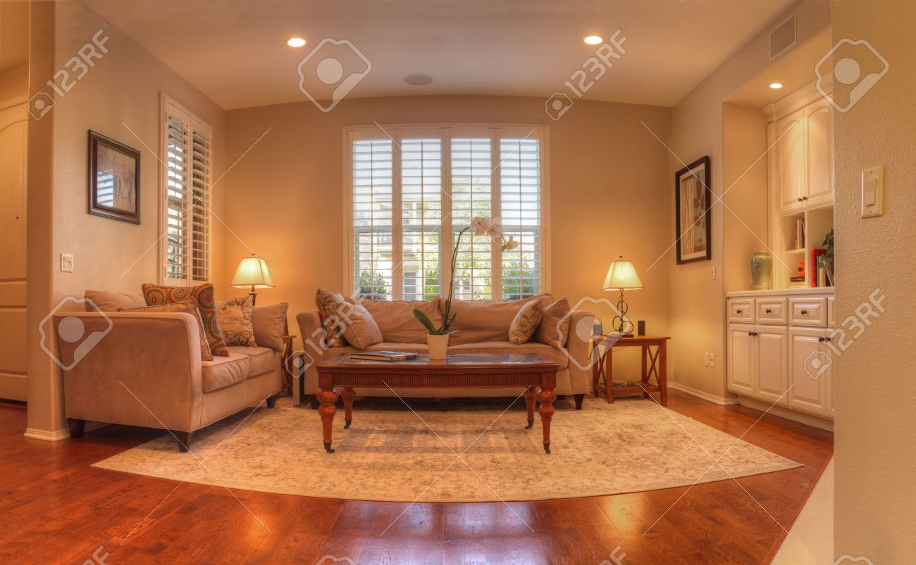 Wohnzimmer Mit Sofa, Couchtisch, Lampe, Einbauleuchten, Holzböden ...