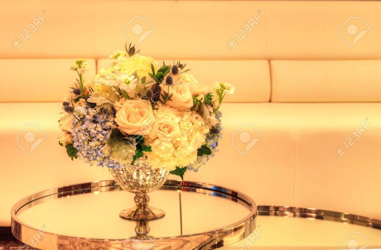 Hochzeit Blumenstrauss In Einem Silbernen Vase Auf Einem Spiegel