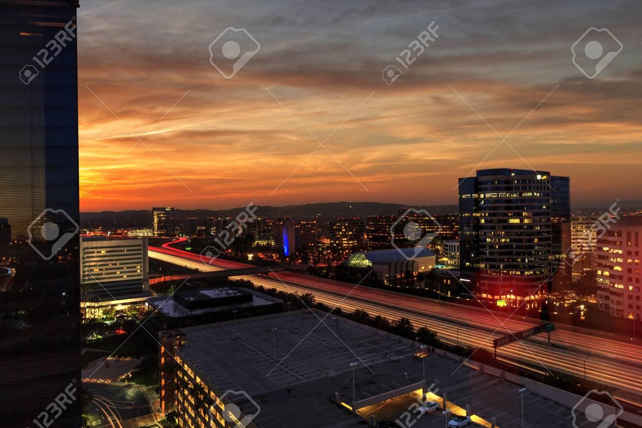 光の道と市の日の出は、カリフォルニア州アーバイン、アメリカの高速 ...