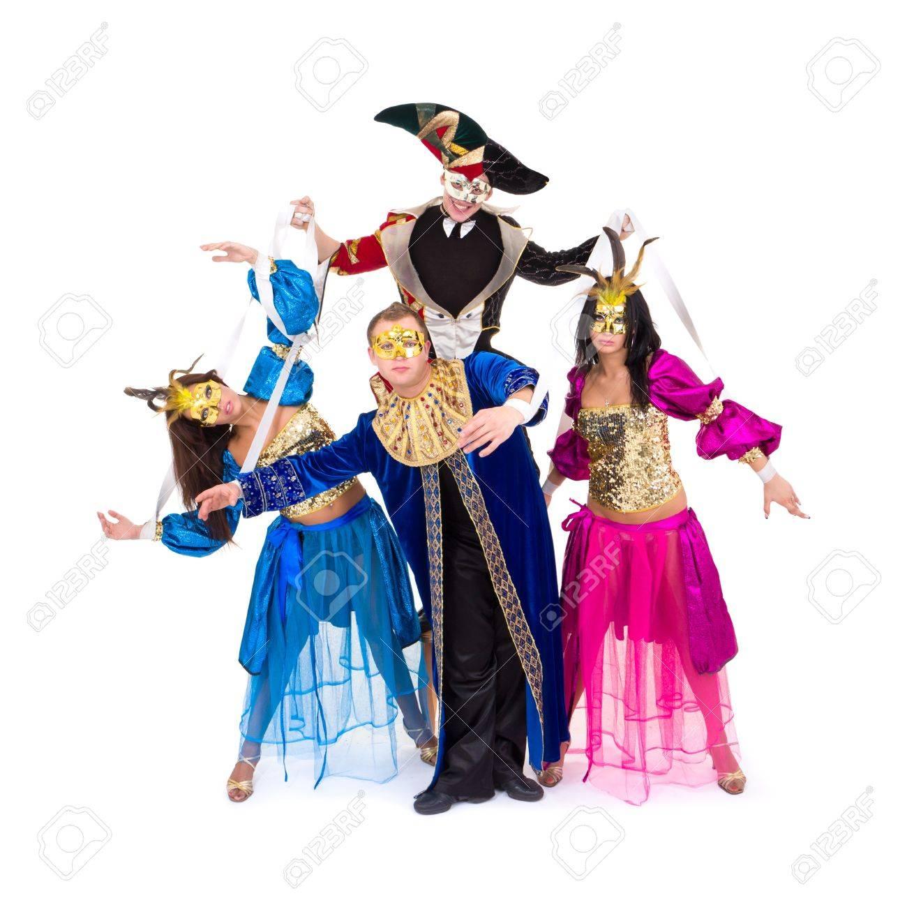 Bailarines con trajes de Carnaval posando sobre un fondo blanco