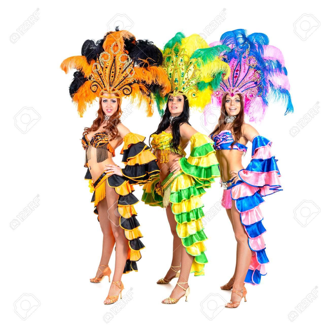 Foto de archivo , equipo bailarina vistiendo trajes de carnaval bailando contra el fondo blanco aislado
