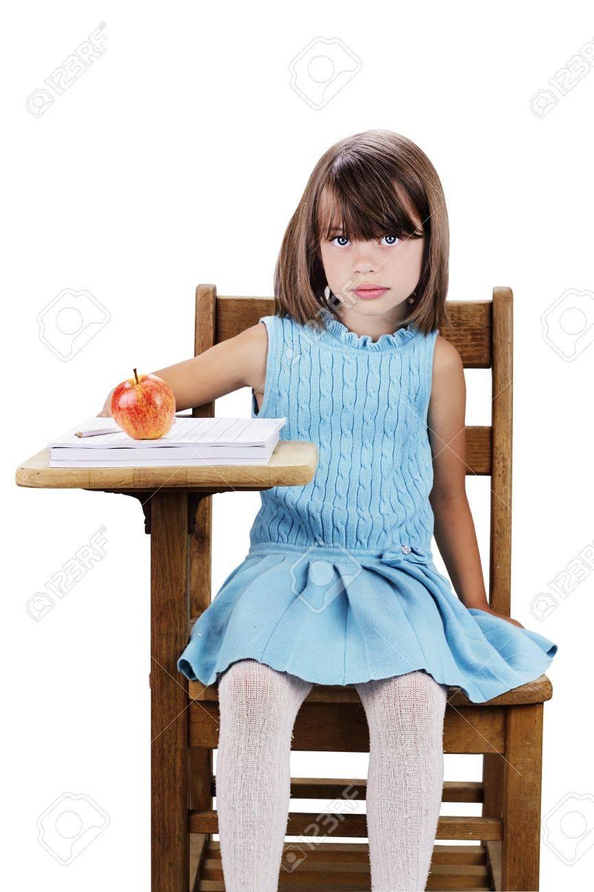 Kleines Mädchen Sitzt An Einem Schreibtisch Schule Mit Apfel Und