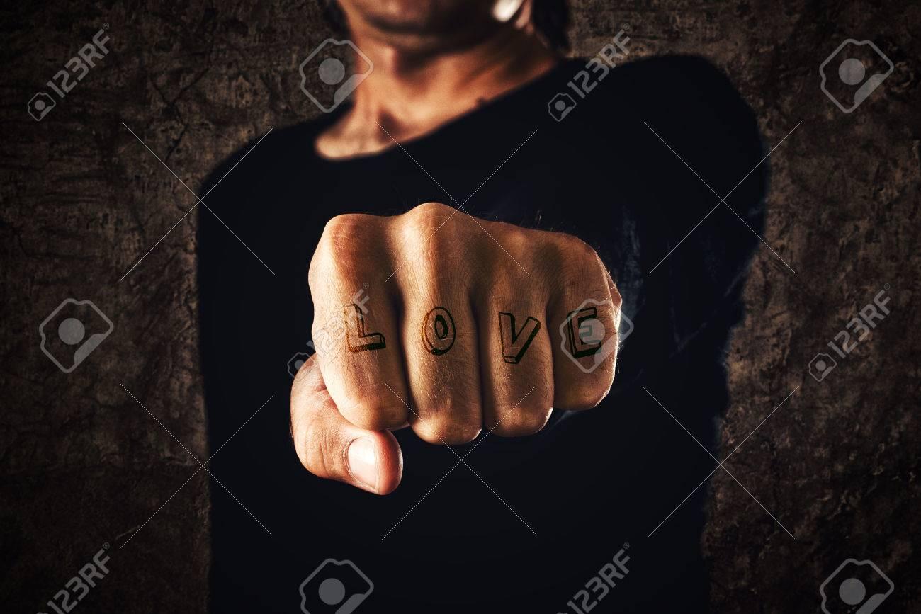 Amor Tatuaje La Mano Con El Puño Cerrado Sobre Fondo Oscuro