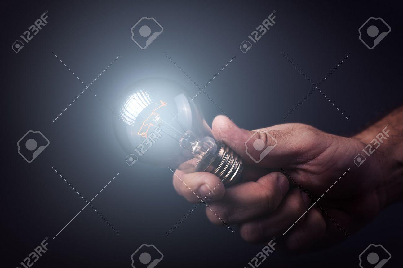 https://previews.123rf.com/images/stevanovicigor/stevanovicigor1510/stevanovicigor151000304/46792771-creatieve-verlichting-begrip-en-het-genereren-van-nieuwe-idee%C3%ABn-innovator-en-uitvinder-met-de-hand-hou.jpg
