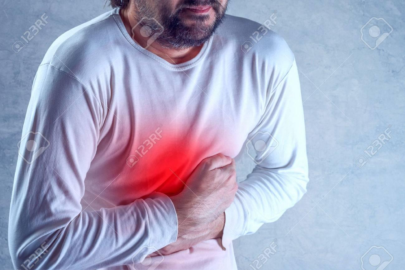 Douleurs abdominales sévères, homme souffrant de maux d'estomac, tenant son  ventre et avoir des crampes douloureuses.