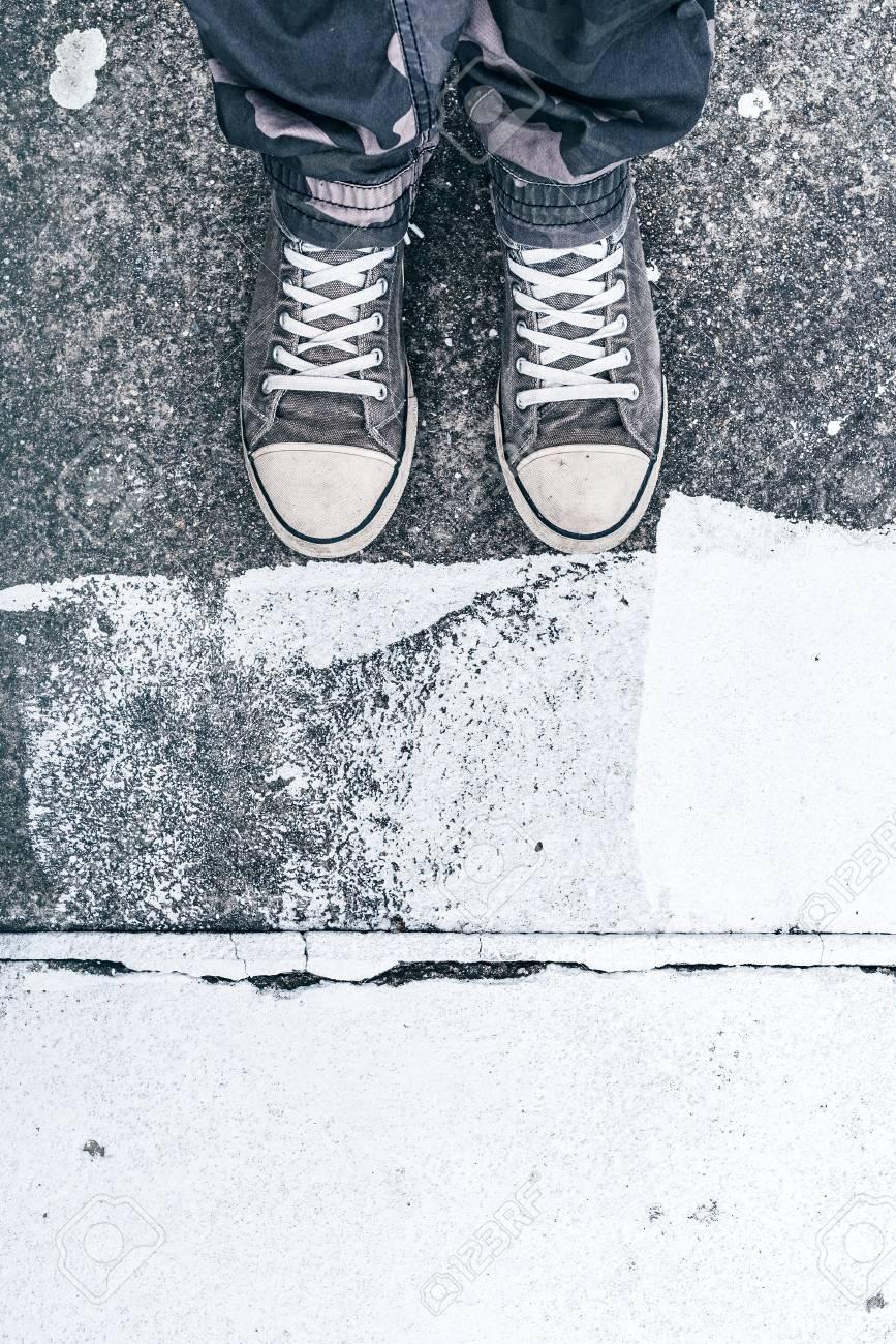 Junge Erwachsene Mann Mit Sneakers Stehen Auf Der Straße, Blick Von ...