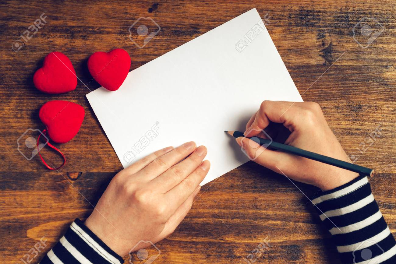 Femme écrivant Une Lettre Damour Ou Un Poème Romantique Pour La Saint Valentin Vue De Dessus Des Mains Féminines