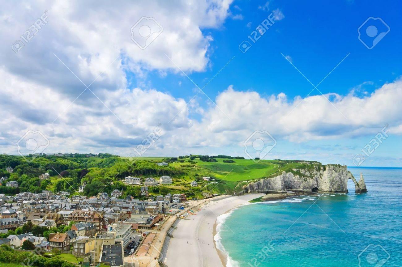 Etretat Dorf Die Bucht Strand Und Aval Steilkuste Wahrzeichen Luftaufnahme Normandie Frankreich Europa Lizenzfreie Fotos Bilder Und Stock Fotografie Image 14805928
