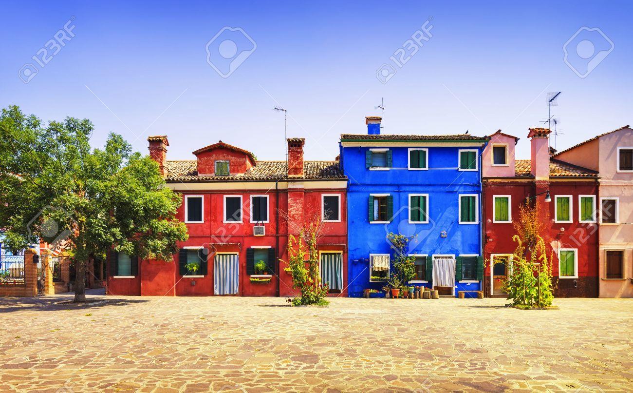 Venedig Sehenswürdigkeiten Der Insel Burano Platz, Baum Und Bunten ...