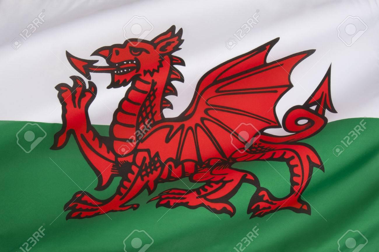 banque dimages le drapeau du pays de galles au royaume uni le drapeau reprend le dragon rouge de cadwaladr roi de gwynedd avec les couleurs tudor de