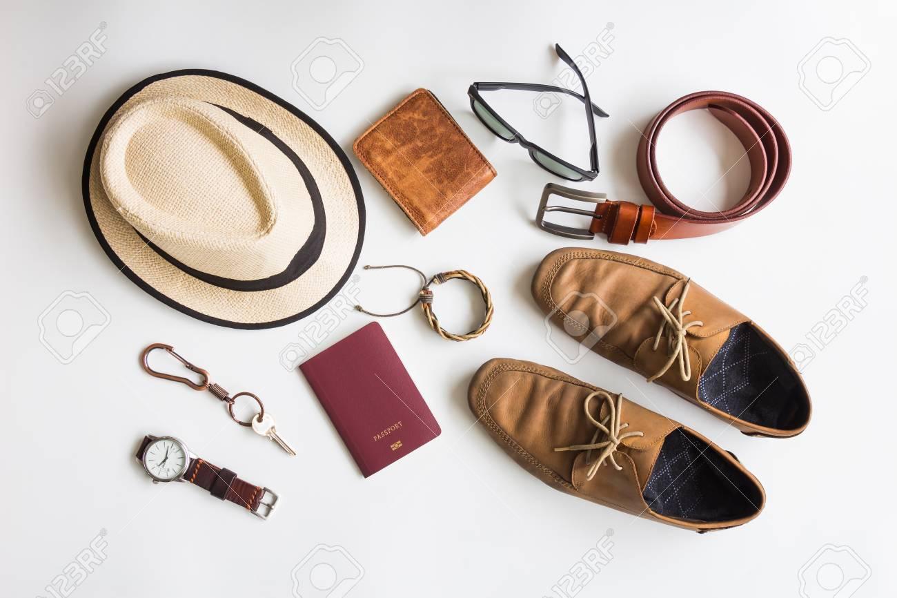 087fc9218 Accesorios para hombres y artículos de viaje esenciales sobre fondo blanco,  moda plana, moda