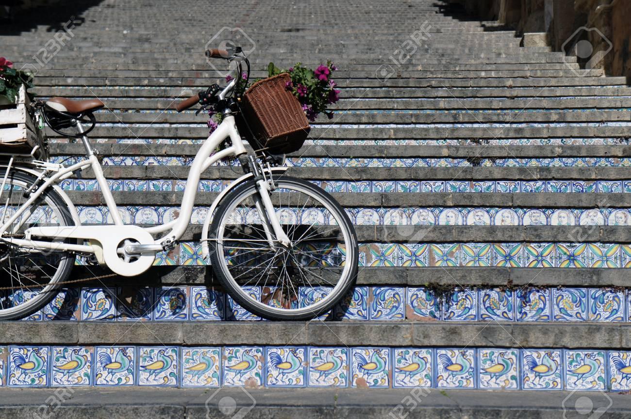 Bicicletta a scala con gradini in piastrelle di ceramica nella città