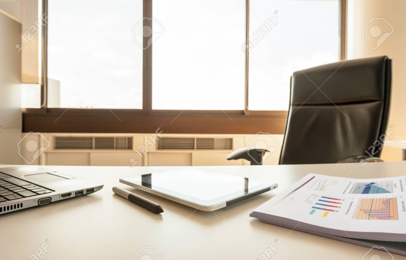 Table de travail dans le bureau vide chambre du gestionnaire avec