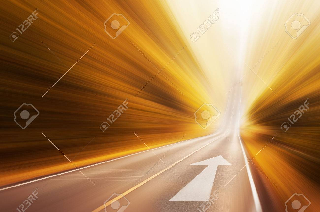 Moving arrow on road - 37419677