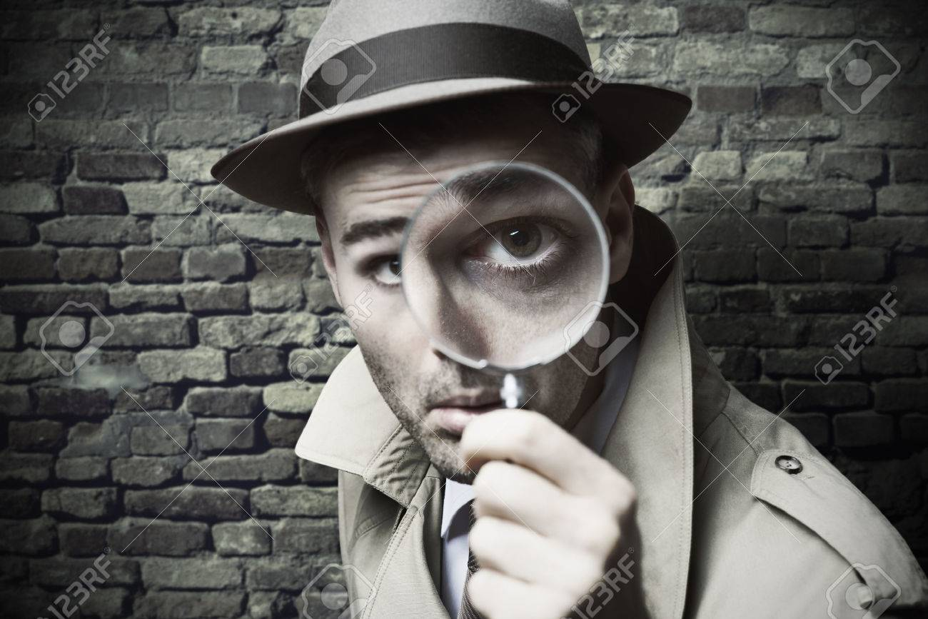 Salve.. 36609836-Funny-vintage-detective-looking-through-a-magnifier-Stock-Photo
