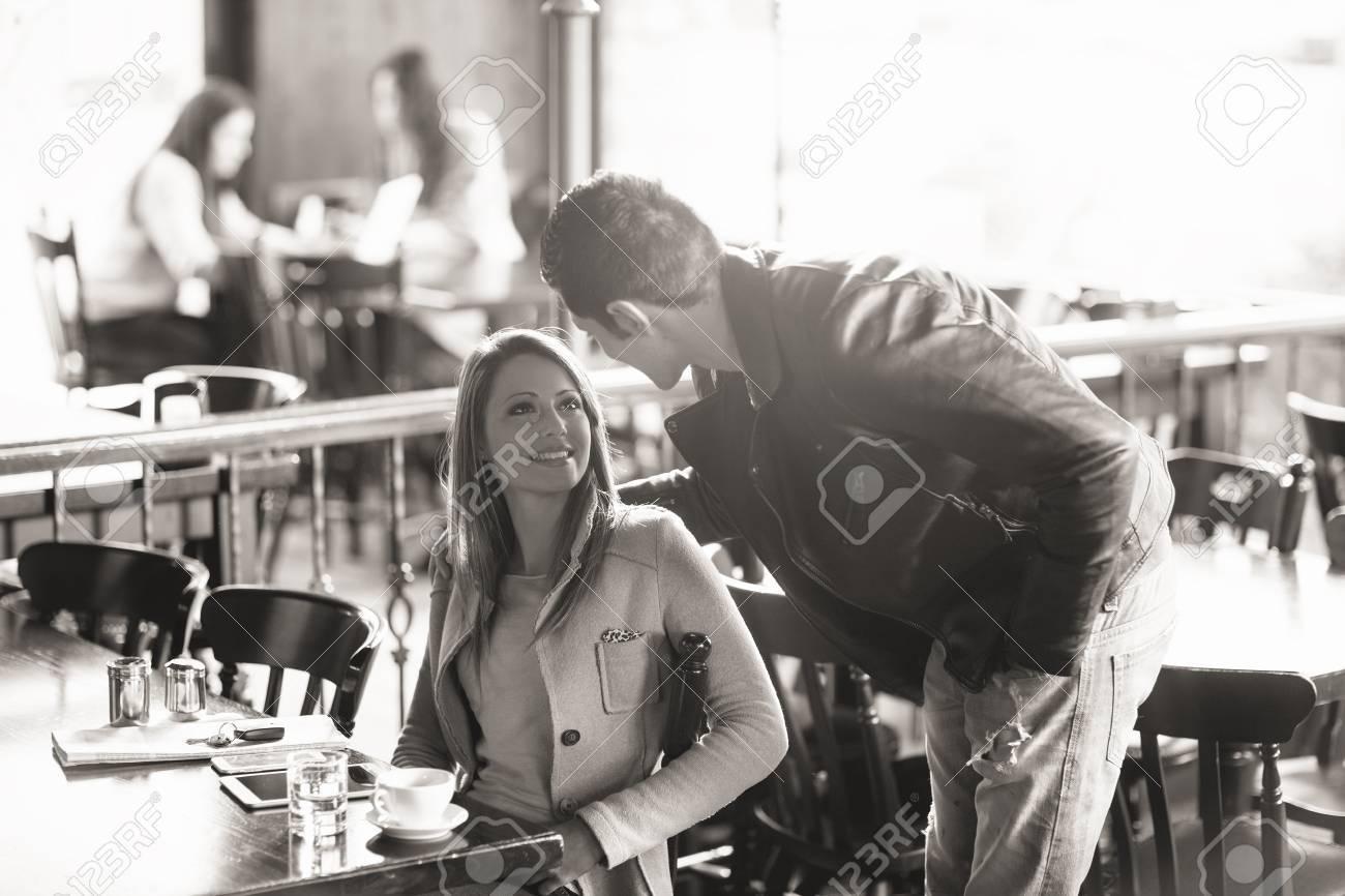 Schöne Lächelnde Frau Und Stilvollen Mann Sitzung An Der Bar, Wird ...