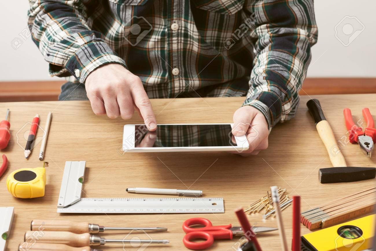 banque dimages homme travaillant sur un projet de bricolage la maison avec une tablette la menuiserie et de la construction des outils numriques sur