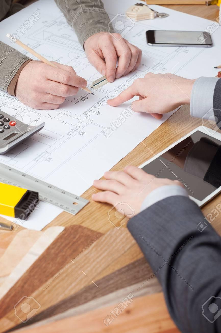 Kundengeschäftsmann Und Architekten Zusammen Arbeiten, Ist Man Zeigt ...
