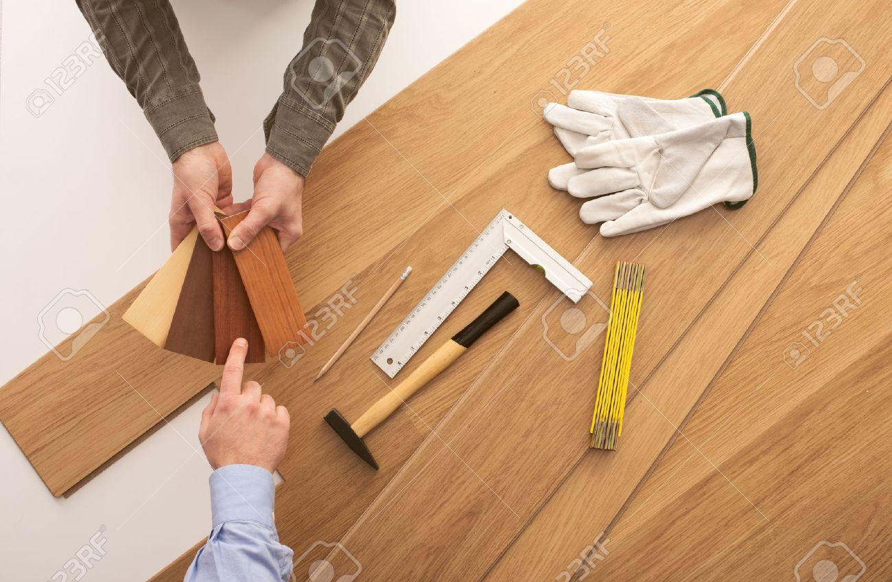 Carpenter Que Muestra Algunas Muestras De Zócalo De Madera A Un