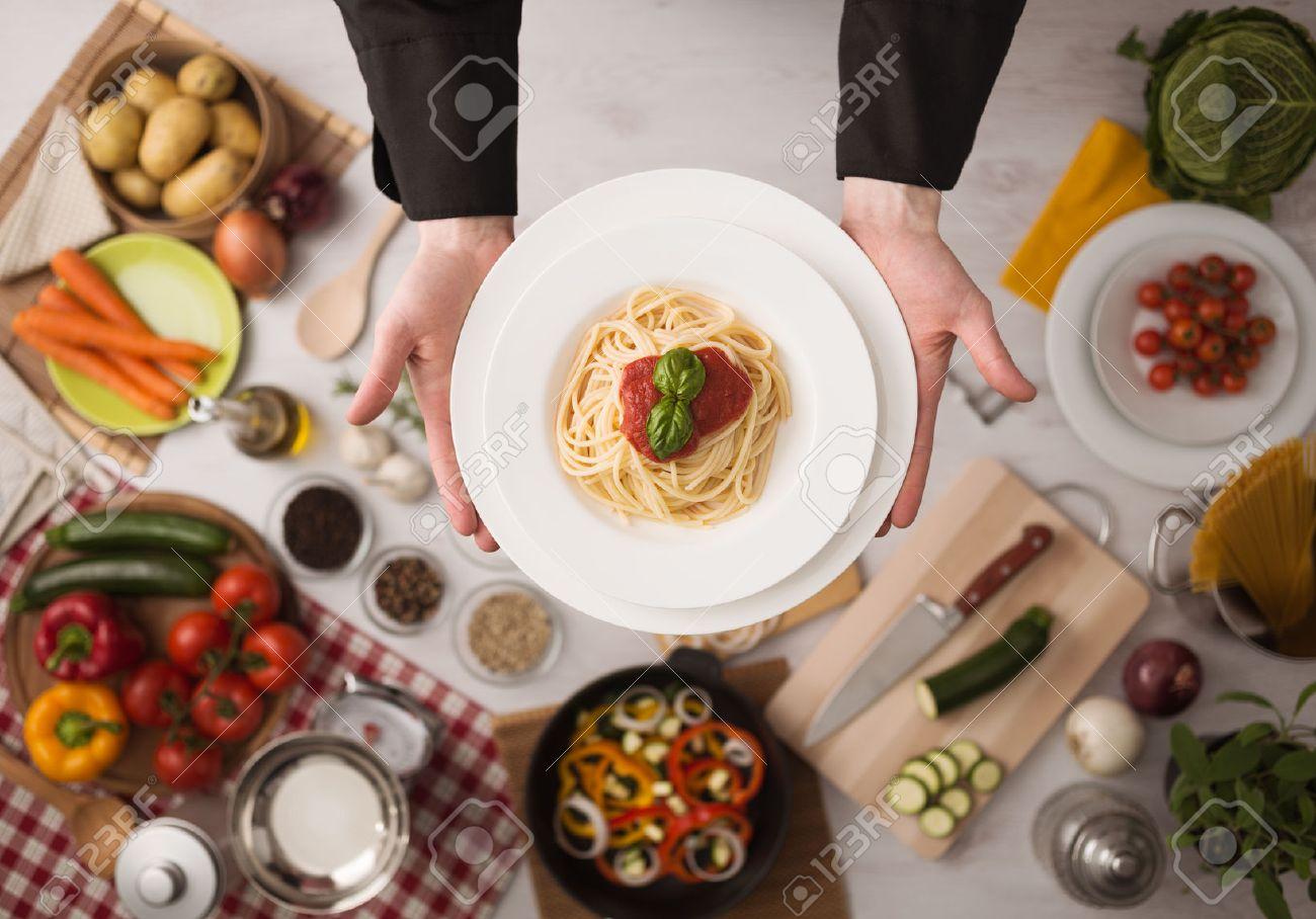 les mains du chef de cuisine professionnel pâtes sur un plan de ... - Ustensiles De Cuisine Professionnels