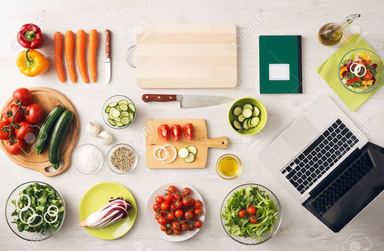 Cuisine créative végétarien à la maison avec des ustensiles de ...