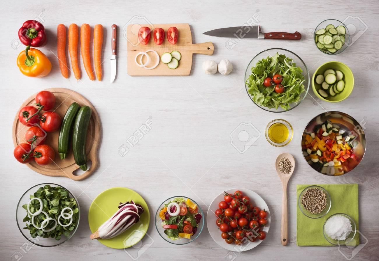 Notion D Alimentation Saine Avec Des Legumes Frais Et Saladiers Sur Cuisine Plan De Travail En Bois Espace De Copie Au Centre Vue De Dessus